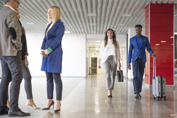商务会议,手提箱,少量人群,套装,男商人,男性,仅成年人,与众不同,休闲正装,公司企业
