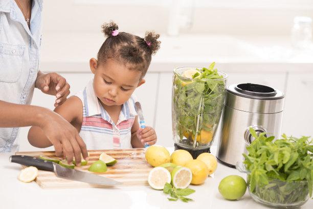 柠檬水,半身像,电动搅拌器,枝繁叶茂,垒起,家庭生活,青年人,柠檬,绿薄荷,助手