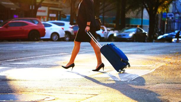 女商人,市区路,水平画幅,忙碌,交通,套装,户外,行李,白人,仅成年人