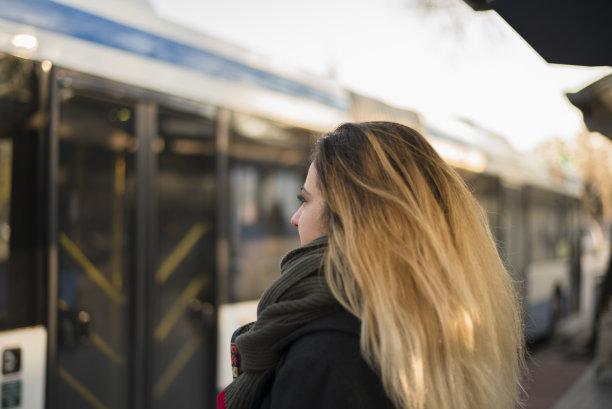 青年女人,公车站,留白,早晨,旅行者,30岁到34岁,仅成年人,地铁,现代,青年人