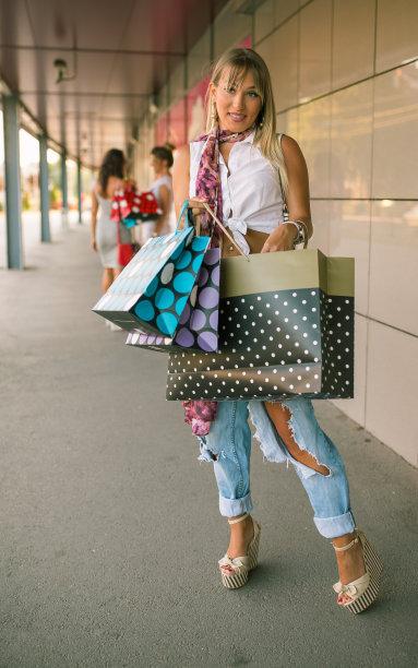商店,三个人,女孩,购物袋,自然美,垂直画幅,美,褐色,顾客,美人