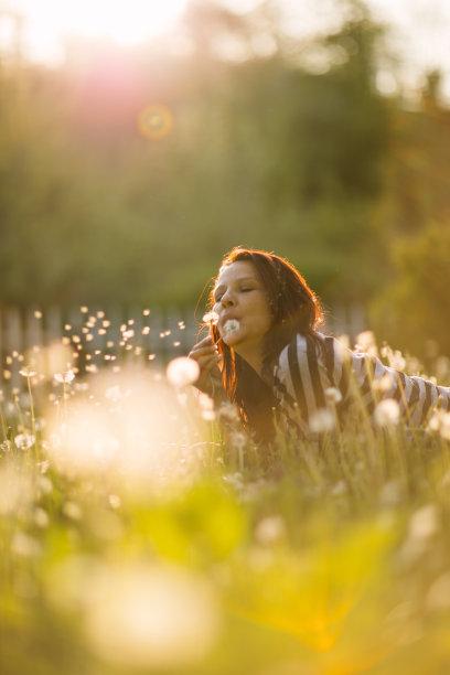 蒲公英,女人,白日梦,垂直画幅,休闲活动,健康,草,仅成年人,自由,明亮