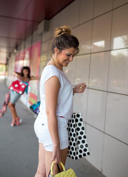 商店,女孩,购物袋,自然美,三个人,垂直画幅,美,褐色,顾客,美人