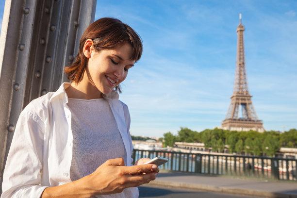 旅游目的地,青年女人,手机,巴黎,纪念碑,半身像,夏天,仅成年人,青年人,国际著名景点