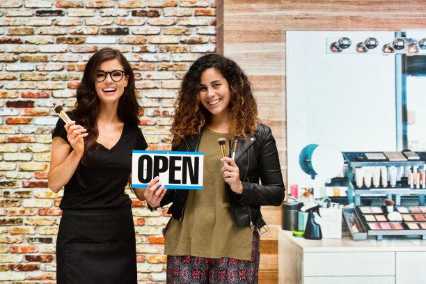 营业标志,化妆师,两个人,女性,拿着,正面视角,美,半身像,彩妆,水平画幅