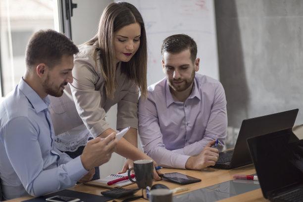 青年人,人群,商务会议,领导能力,电子邮件,忙碌,30岁到34岁,男商人,新创企业,经理