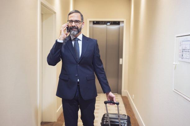 男商人,商务旅行,宾馆客房,留白,套装,经理,男性,仅成年人,眼镜,门厅