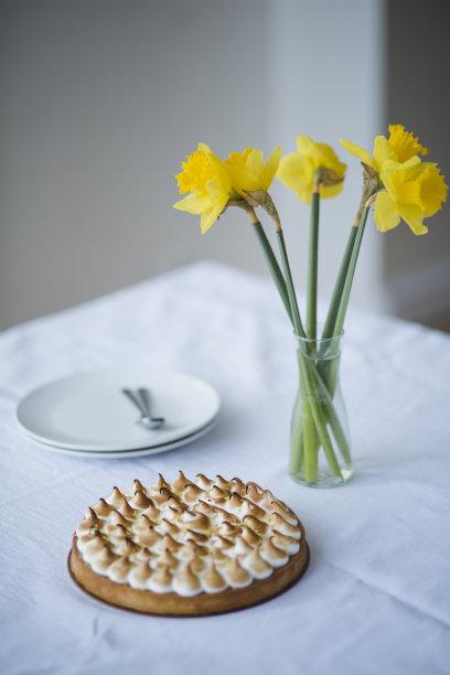 桌子,水仙花,柠檬塔,餐具,垂直画幅,芳香的,无人,烘焙糕点,法式食品,甜点心