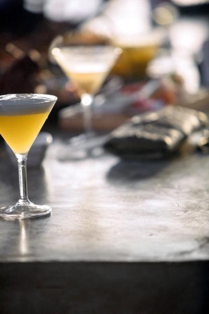 吧台,马提尼,垂直画幅,留白,休闲活动,服务业职位,鸡尾酒,含酒精饮料,周末活动,饮料