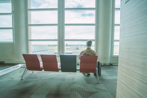 青年男人,候机厅,长椅,通勤者,水平画幅,旅行者,大门,行李,男商人,男性