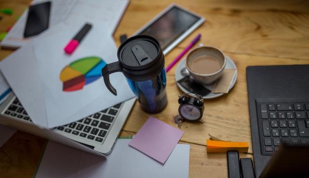 办公室,笔记本电脑,书桌,桌子,设备用品,咖啡杯,个人随身用品,留白,商务策略,水平画幅