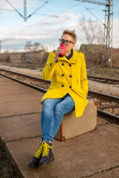 火车站,女孩,垂直画幅,美,古典式,户外,行李,仅成年人,青年人,火车站站台