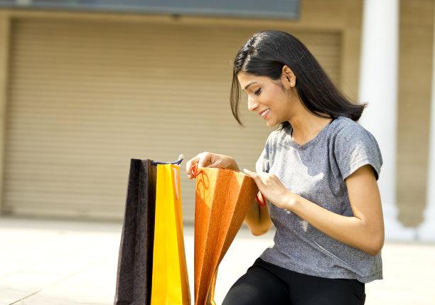 女人,购物袋,美,水平画幅,印度人,户外,仅成年人,18岁到19岁,青年人,看
