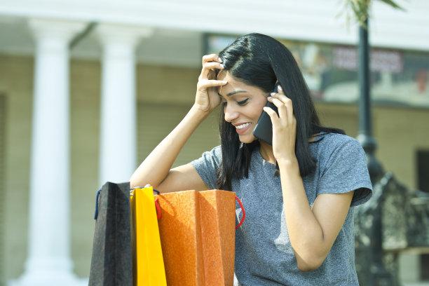 女人,购物袋,手机,美,水平画幅,印度人,户外,仅成年人,前景聚焦,18岁到19岁