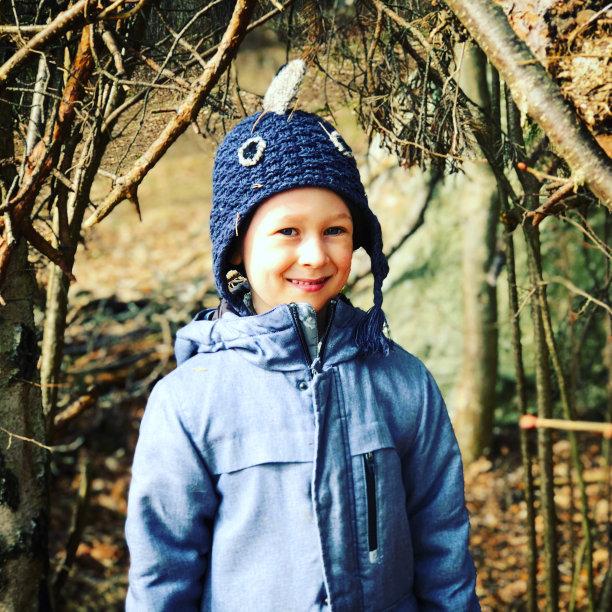 注视镜头,树林,男孩,正面视角,户外,男性,厚衣服,瑞典,彩色图片,信心