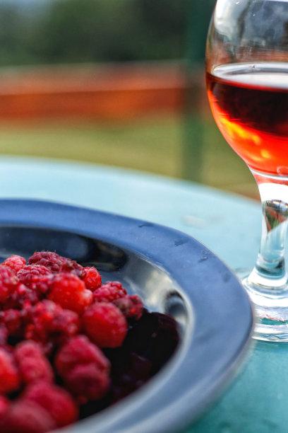 园林,桌子,酒瓶,覆盆子,自制的,垂直画幅,葡萄酒,无人,茶碟,含酒精饮料