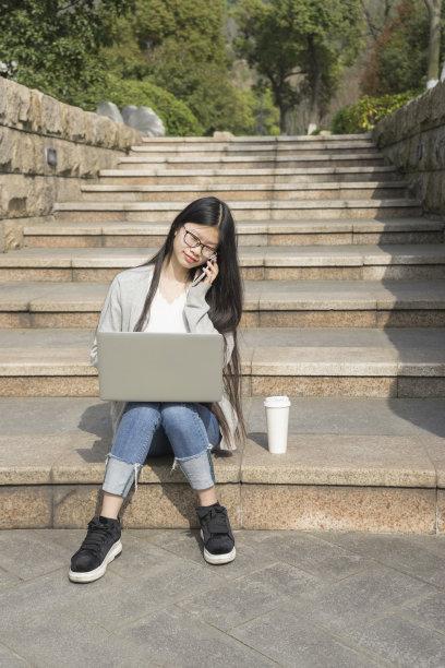 户外,女人,垂直画幅,台阶,笔记本电脑,休闲活动,一次性杯子,饮料,仅成年人,楼梯