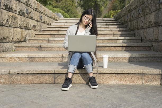 户外,女人,台阶,笔记本电脑,休闲活动,水平画幅,一次性杯子,饮料,仅成年人,楼梯