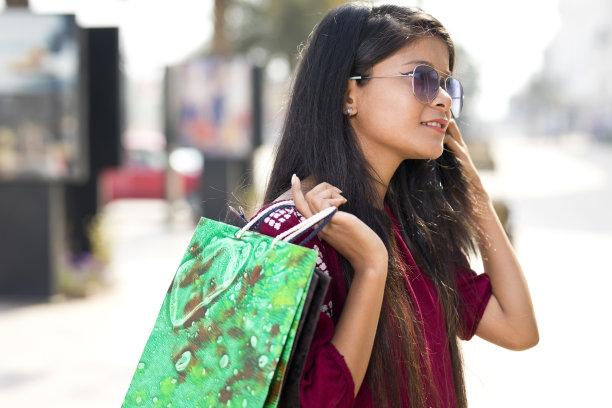 拿着,购物袋,美,长椅,水平画幅,注视镜头,印度人,户外,特写