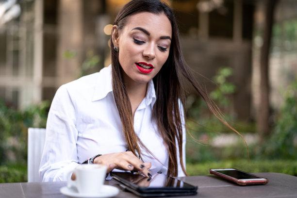 女商人,药丸,留白,咖啡店,电子邮件,30岁到34岁,仅成年人,网上冲浪,专业人员,信心