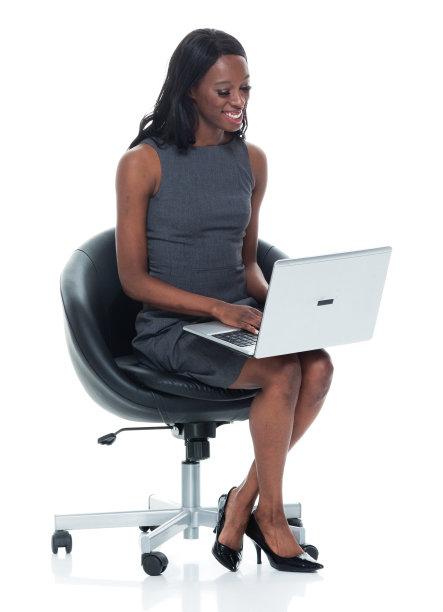 非洲人,女商人,使用手提电脑,垂直画幅,座位,电子邮件,黑发,非裔美国人,仅成年人,长发