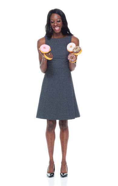 女商人,非洲人,大量人群,拿着,露齿笑,全身像,连衣裙,仅一个青年女人,盒子,垂直画幅