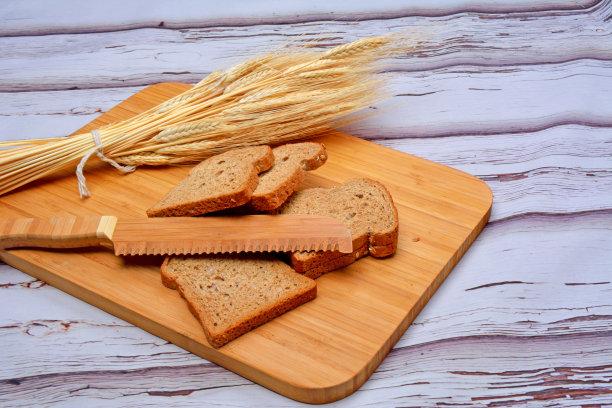 面包,奶制品,水平画幅,无人,切割垫板,餐刀,正上方视角,木制,手工具,面包店