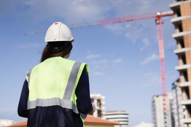 青年女人,工程师,建筑工地,背面视角,套装,经理,安全帽,仅成年人,眼镜,想法