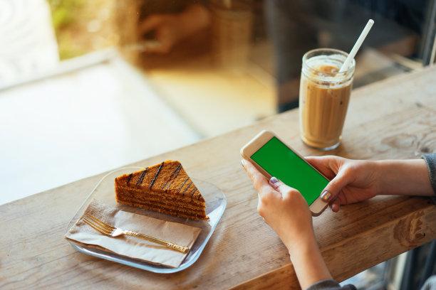 智能手机,色键,青年女人,留白,高视角,仅成年人,技术,中年人,牛奶,地毯