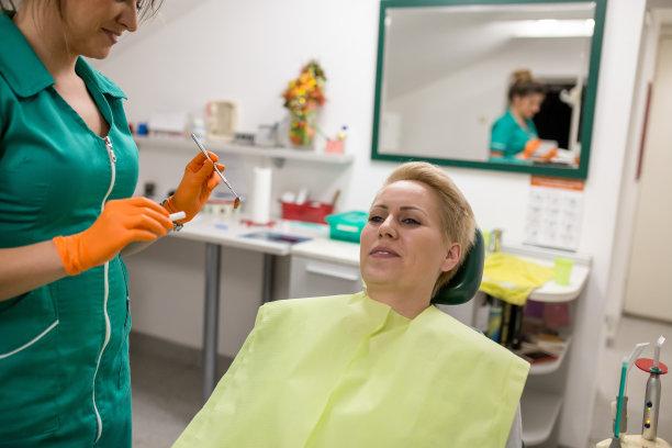 牙医,牙齿,病人,羊毛帽,水平画幅,使用嘴巴,干净,白人,仅成年人,开着的