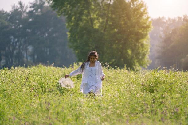 青年女人,自然,注视镜头,自然美,花坛,连衣裙,仅一个青年女人,枝繁叶茂,美女,帽子