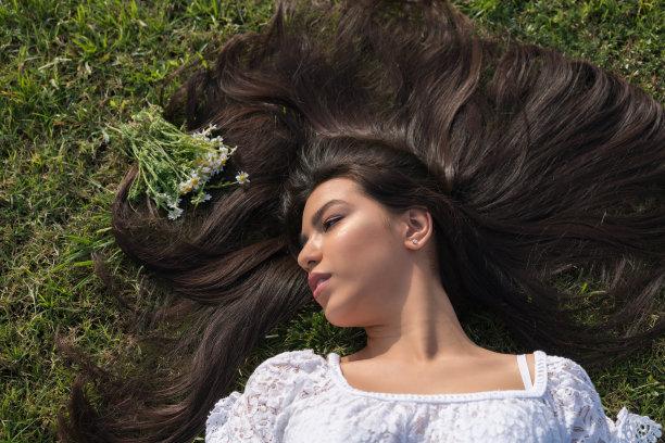 草,青年女人,留白,高视角,草坪,夏天,仅成年人,长发,头发,青年人