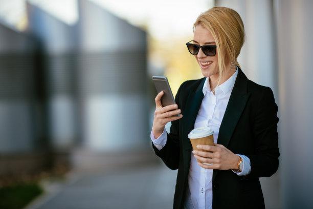 手机,女商人,销售职位,经理,仅成年人,长发,现代,网上冲浪,青年人,专业人员