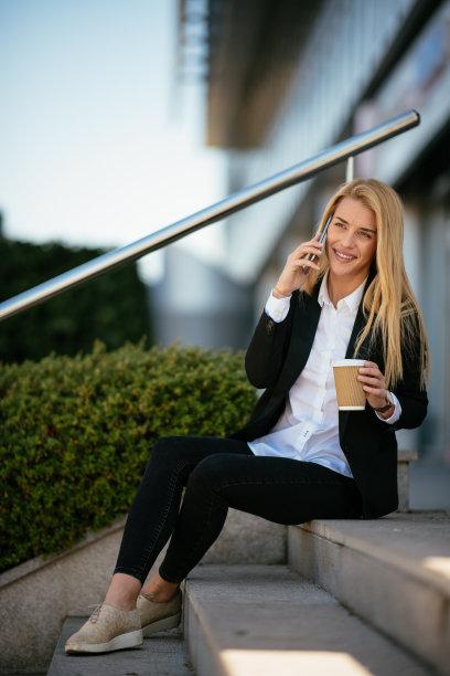 女人,工间休息,垂直画幅,销售职位,经理,仅成年人,长发,现代,网上冲浪,青年人