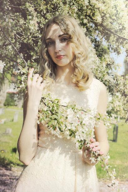 英格兰,户外,青年人,金色头发,时装模特,春天,花朵,女孩,垂直画幅,美