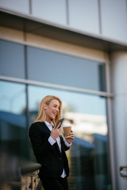 女商人,工间休息,注视镜头,垂直画幅,销售职位,经理,仅成年人,长发,现代,网上冲浪