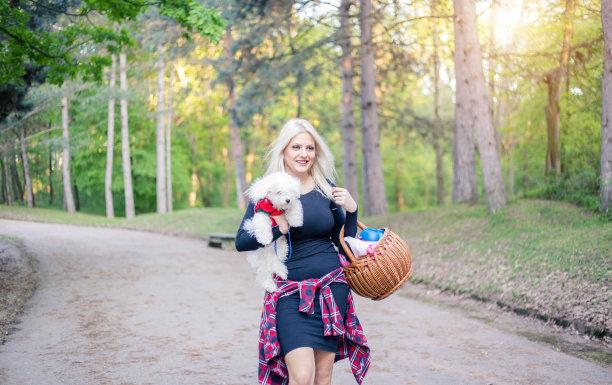 狗,可爱的,青年女人,拿着,贵宾犬,休闲活动,夏天,仅成年人,青年人,毛绒绒