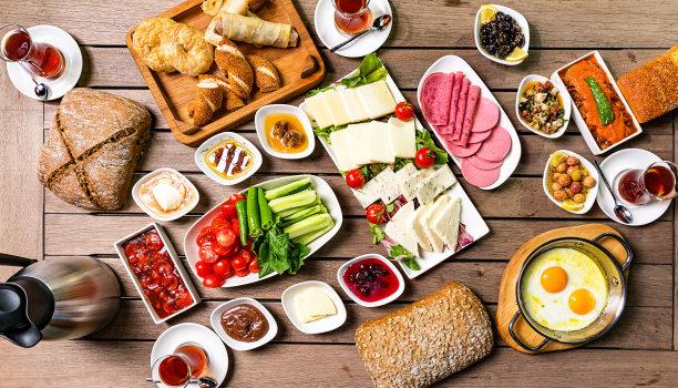 早餐,土耳其面包,玉米面包,中东食物,红茶,意大利腊肠,煎蛋,茶壶,开胃品,沙拉