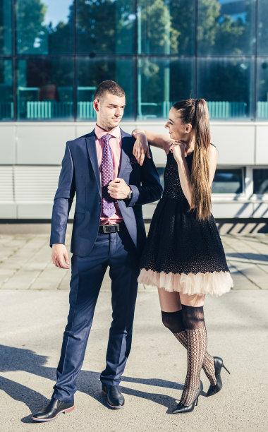 户外,青年伴侣,高雅,自然美,垂直画幅,夏天,套装,高跟鞋,男商人,仅成年人