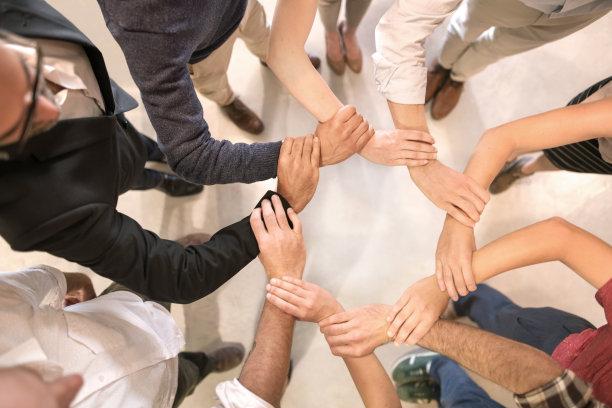 紧握双手,人群,办公室,留白,sea of hands,四肢,水平画幅,白人,中等数量人群,男性