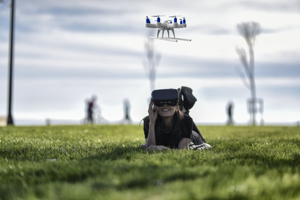 无人机,青年女人,网络空间,天空,未来,智慧,计算机软件,草,两翼昆虫,仅成年人