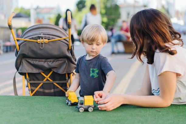 进行中,男孩,女人,户外,正面视角,公园,休闲活动,水平画幅,父母,单身母亲