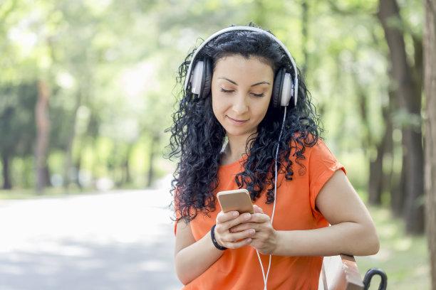 青年女人,智能手机,音乐,早晨,旅行者,仅成年人,自由,网上冲浪,青年人,技术