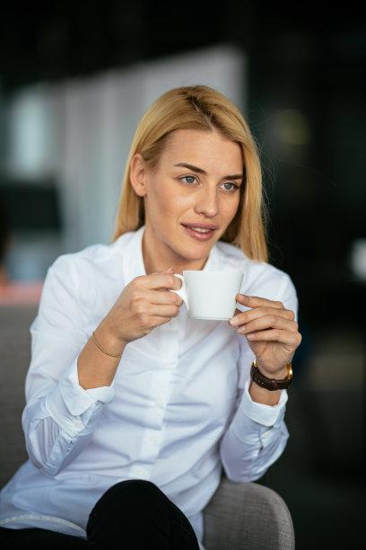 咖啡馆,青年女人,咖啡,吧台,垂直画幅,留白,不看镜头,仅成年人,长发,网上冲浪