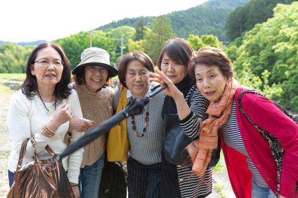 老年女人,摆拍,五只动物,半身像,休闲活动,衰老过程,周末活动,65到69岁,仅成年人,日本人