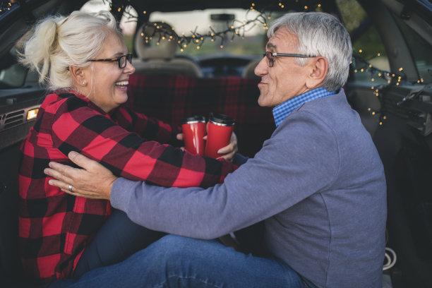 汽车,户外,老年伴侣,休闲活动,旅行者,仅成年人,自由,镜头眩光,婚姻,后车厢