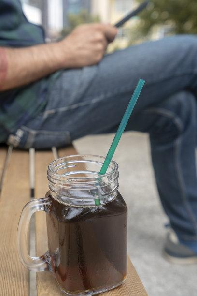 冰咖啡,青年男人,派克大街,垂直画幅,公园,咖啡店,美人,户外,饮料,男性
