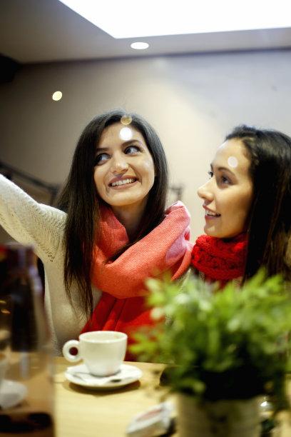女人,两个人,友谊,餐馆,自拍,垂直画幅,女朋友,饮料,现代,头发