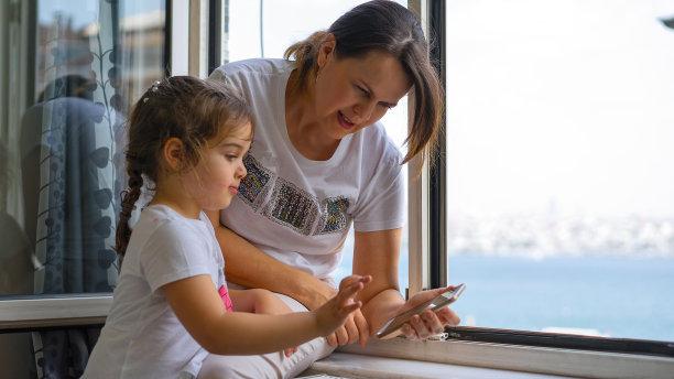 女儿,母亲,电话机,仅成年人,现代,网上冲浪,知识,青年人,技术,计算机