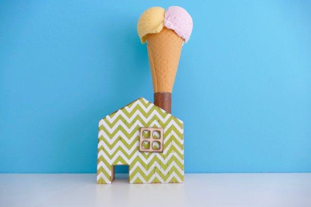 冰淇淋蛋卷,蓝色背景,玩具屋,冰淇淋,球,水平画幅,无人,香草兰,巨大的,夏天